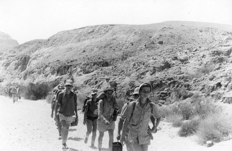 תמונה 46- 408 - קבוצת עופר - טיול למכתשים 1955 - שמות בגב התמונה ובסכום