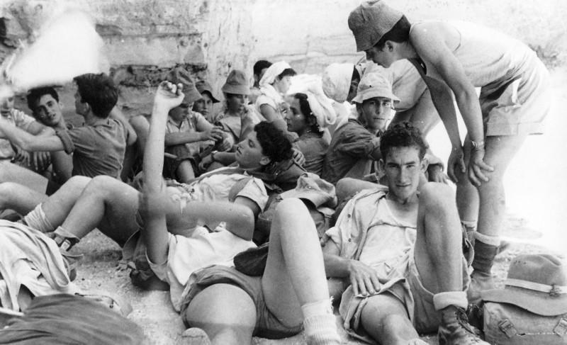 תמונה 42- 408 - קבוצת עופר - טיול למכתשים 1955 - שמות בגב התמונה ובסכום