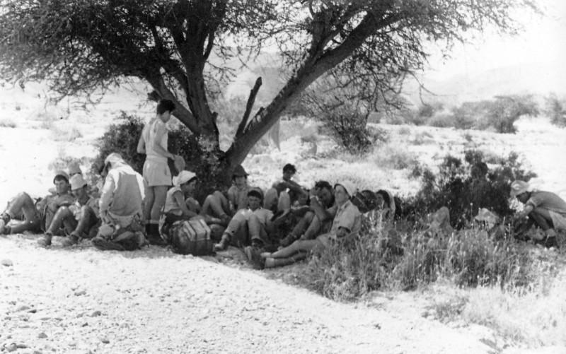 תמונה 34- 408 - קבוצת עופר - טיול למכתשים 1955 - שמות בגב התמונה ובסכום
