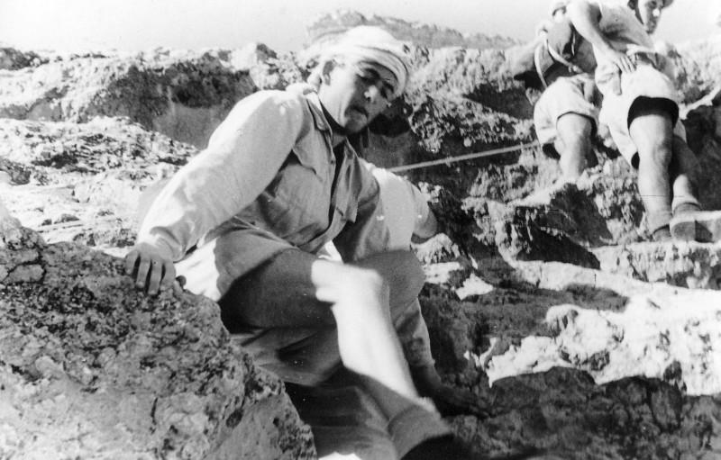 תמונה 32- 408 - קבוצת עופר - טיול למצדה 1954 - חיים שרון בעליה למצדה מהסוללה