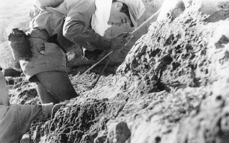 תמונה 31- 408 - קבוצת עופר - טיול למצדה 1954 - אביגדור-קובי ברנוביץ בעליה למצדה מהסוללה