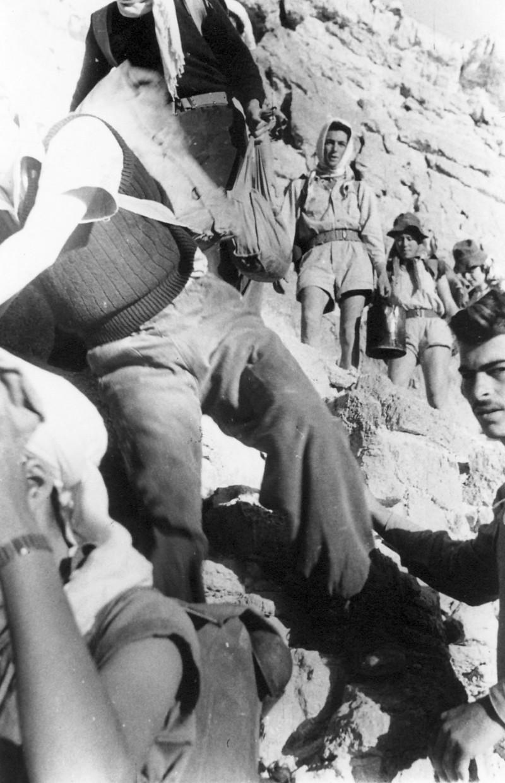 תמונה 30- 408 - קבוצת עופר - טיול למצדה 1954 - עליה למצדה מהסוללה - שמות בגב התמונה ובסכום