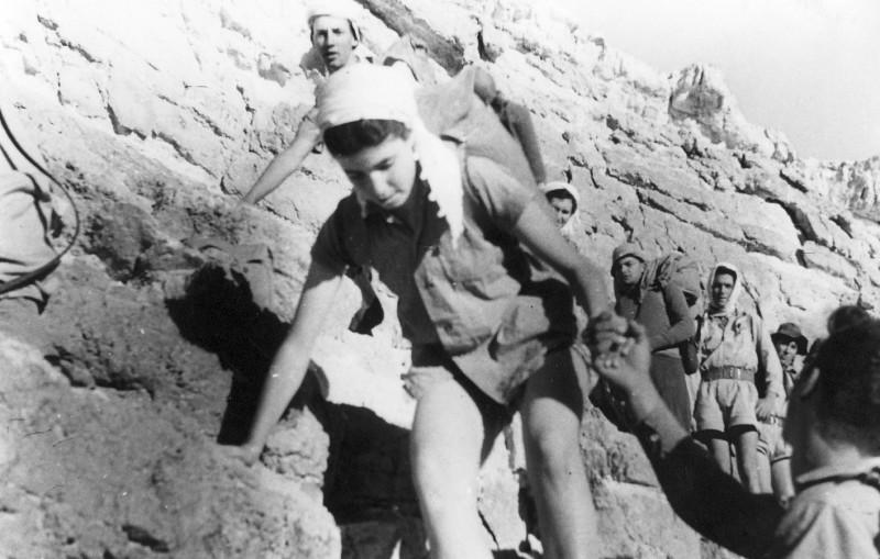 תמונה 28- 408 - קבוצת עופר - טיול למצדה 1954 -  ירידה ממצדה מהסוללה - שמות בגב התמונה ובסכום