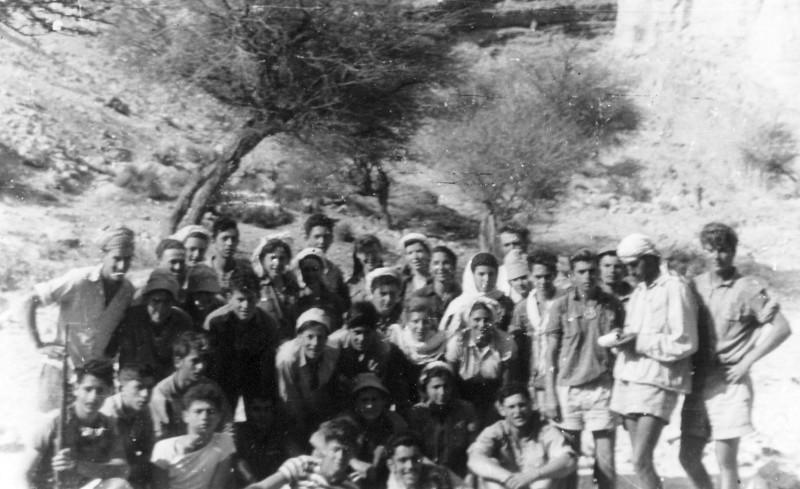 תמונה 27- 408 - קבוצת עופר - טיול למכתשים 1955 - שמות בגב התמונה ובסכום