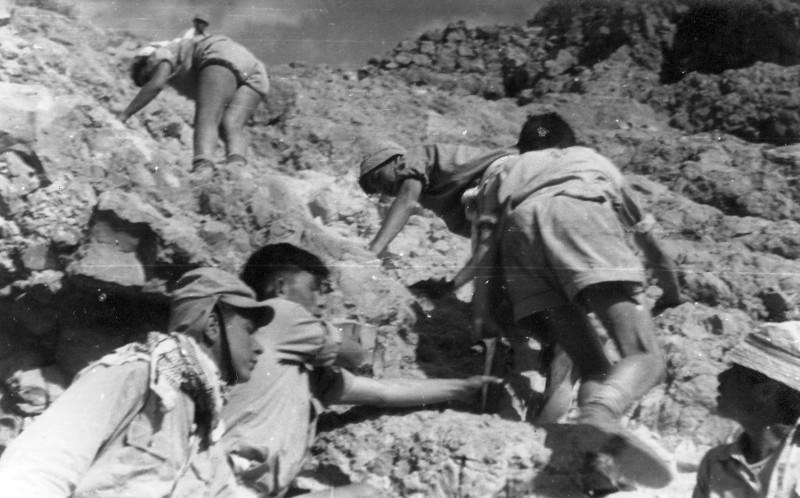 תמונה 20- 408 - קבוצת עופר - טיול למצדה 1954 - שמות בגב התמונה ובסכום