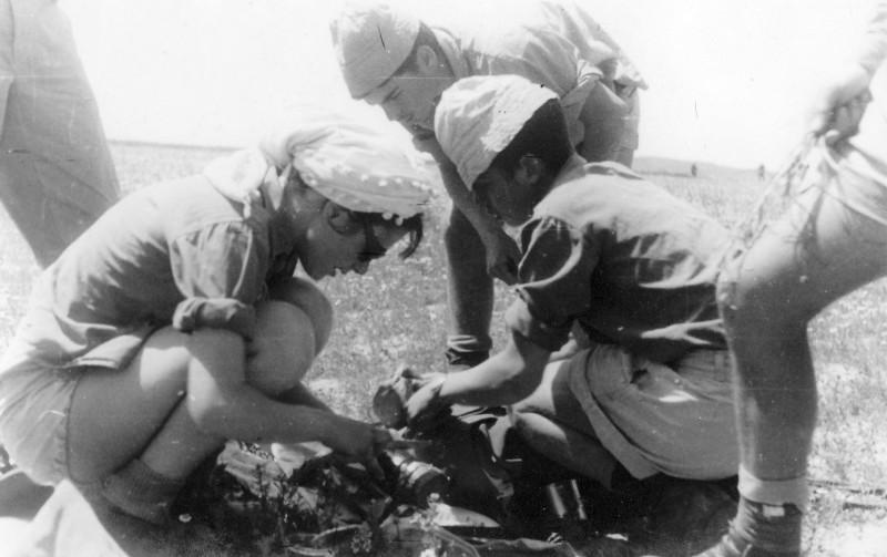 תמונה 2- 408 - קבוצת עופר - טיול למכתשים 1955 - שמות בגב התמונה ובסכום