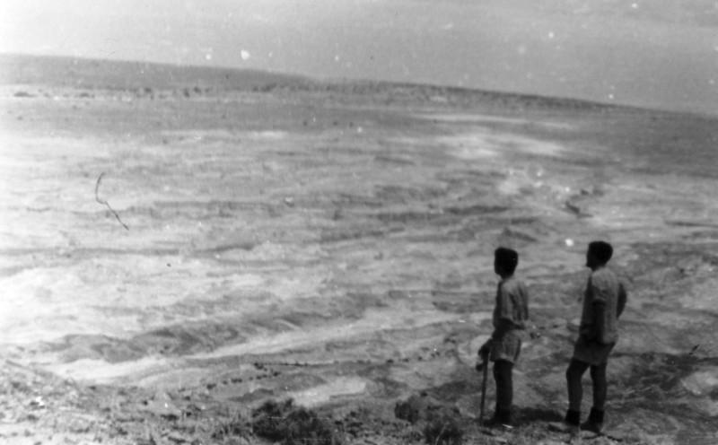 תמונה 18- 408 - קבוצת עופר - טיול למצדה 1954 - תצפית לים המלח ממצדה - גידי סיון בנימין וגמן