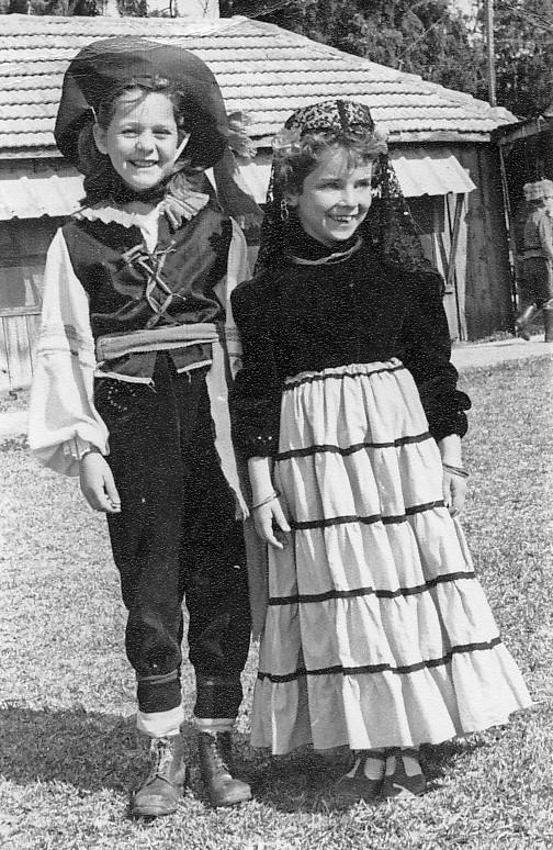 תמונה 2- 262 - דורית רוזנצוויג וטלי לב - קבוצת עומר בפורים - שנות ה-50-60