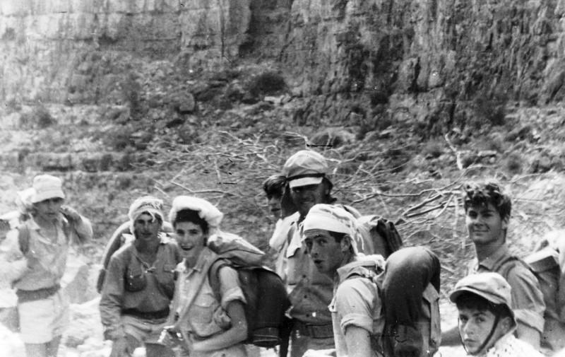תמונה 11- 408 - קבוצת עופר - טיול למכתשים 1955 - שמות בגב התמונה ובסכום