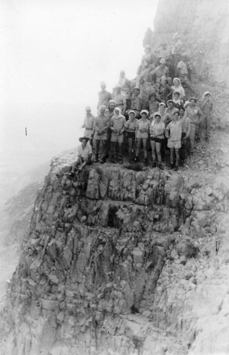 תמונה 10- 408 - קבוצת עופר - טיול למצדה 1954 - על צוק מצדה