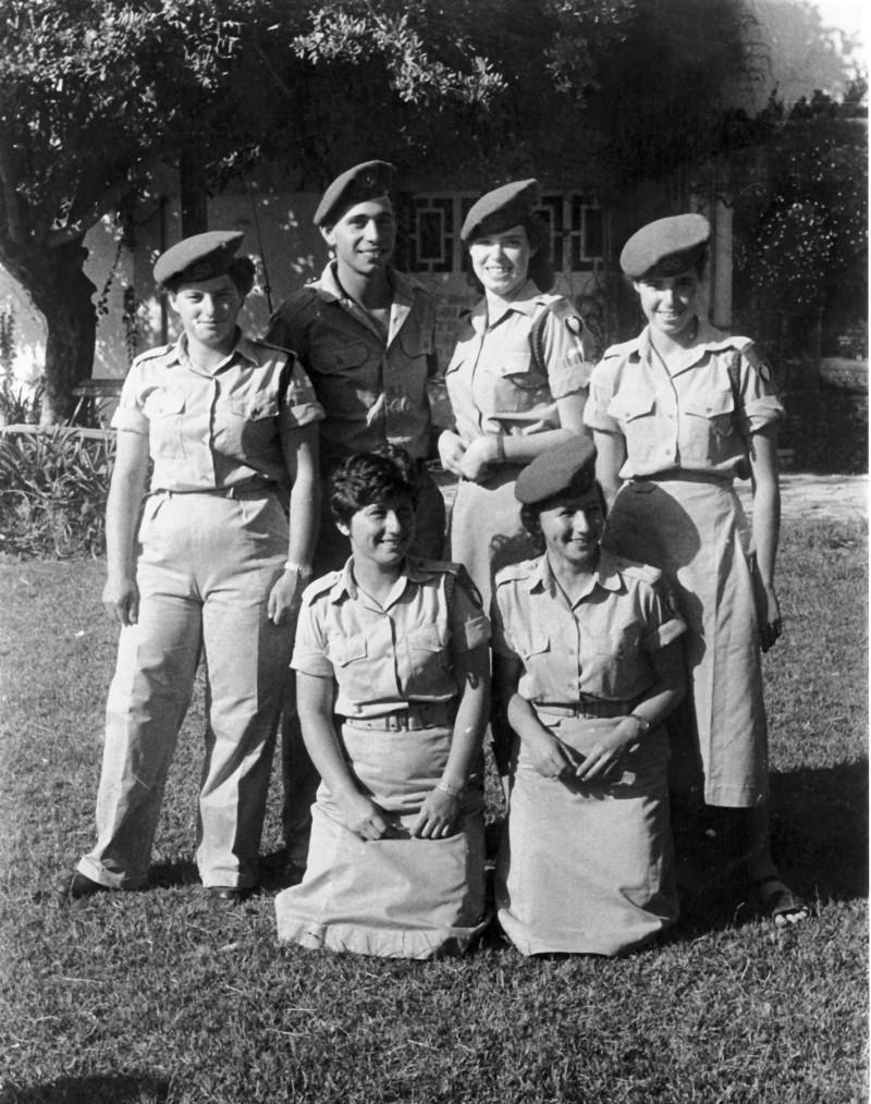 תמונה 4- 6 - חיילי קבוצת עופר 1955 - שמות בגב התמונה ובסיכום