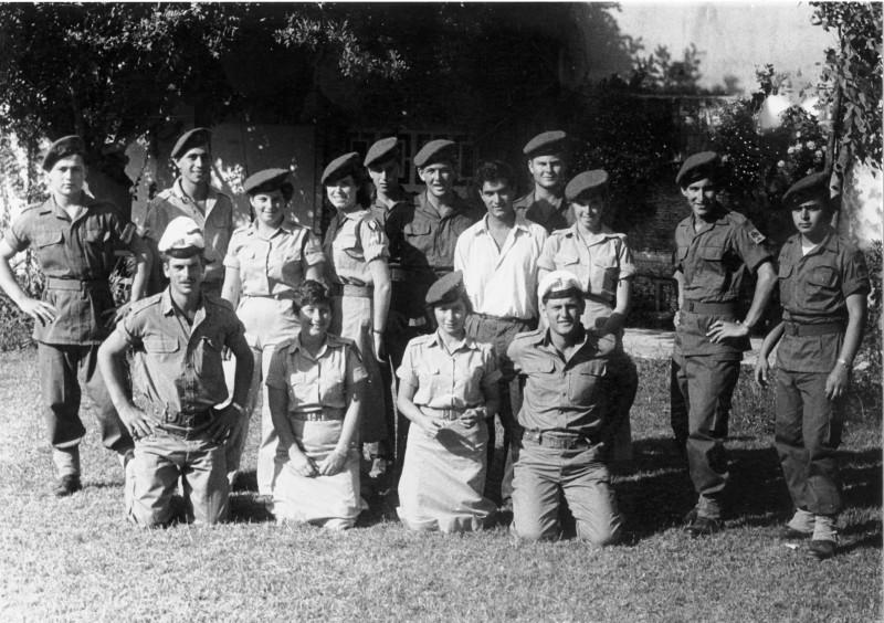 תמונה 2- 6 - חיילי קבוצת עופר 1955 - שמות בגב התמונה ובסיכום