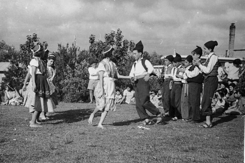 תמונה 5- 378 - קבוצת עופר בריקודי עמים - עדנה ונירה לנדסמן חגי ברונשטיין נורית גרינבוים אהוד גילא