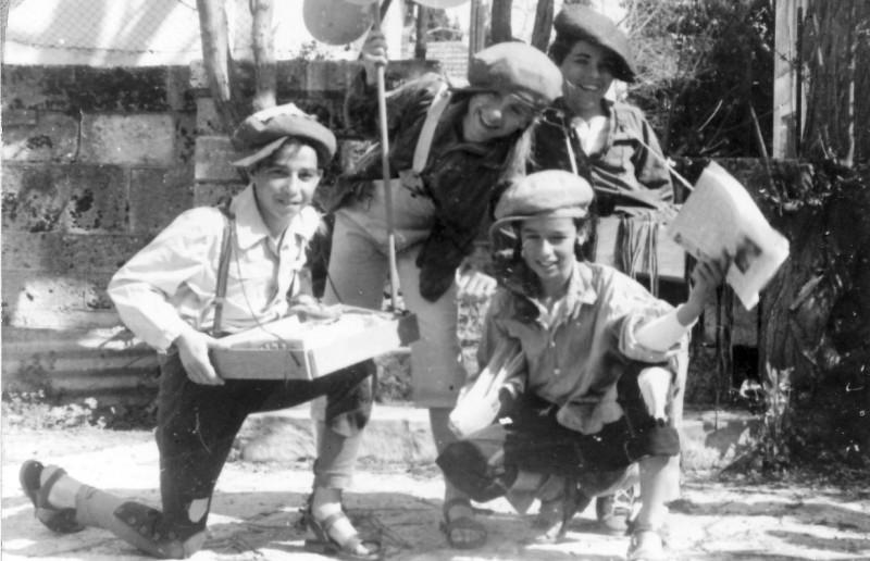 תמונה 2- 309 - פורים 1964 - מצחצחי הנעלים - טלי לב דודו גלבוע תמר קין שרי ברונשטין