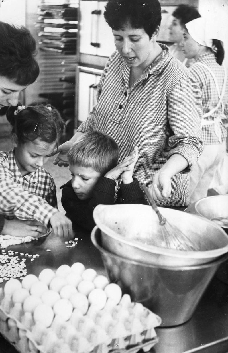 תמונה 5- 54 - קבוצת סלע - אנו מבשלים 1968 - תמי פארי נירה שלח יעל טל ועופר בראון