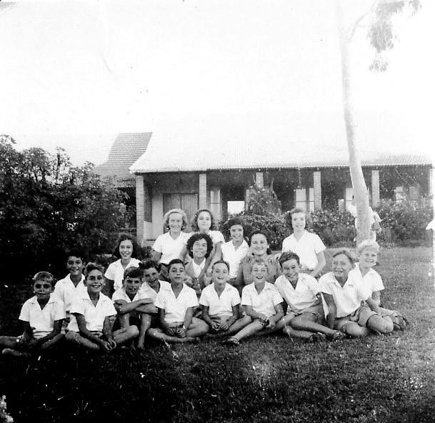 תמונה 3- 217 - קבוצת עופר על הדשא מצפון לחדר האכל ליד האקליפטוס הלבן עם המטפלת דבורה גולביי והמור