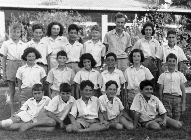 תמונה 6- 363 - בצלאל לב המחנך וזיוה המטפלת עם קבוצת עופר כיתה ו 1949 - שמות בגב התמונה ובסיכום