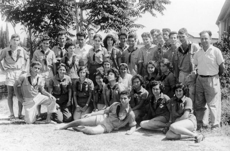תמונה 1- 321 - יצחק רימון בניו גרינבוים ואתיה הניג עם נערי קבוצת עופר בסיום המוסד 1955 - שמות