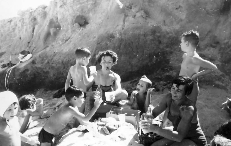 תמונה 3- 246 - חיה שיפר ומרים רז עם ילדי קבוצת עומר בקייטנה בים