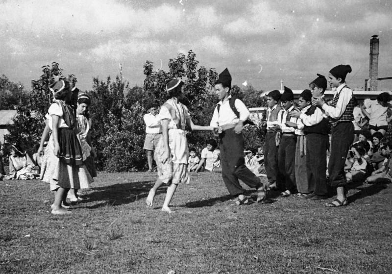 תמונה 3- 261 - קבוצת עופר בריקודי עמים שנות ה-50 - חגי ברונשטיין-ענבר עדנה לנדסמן נורית גרינבוים