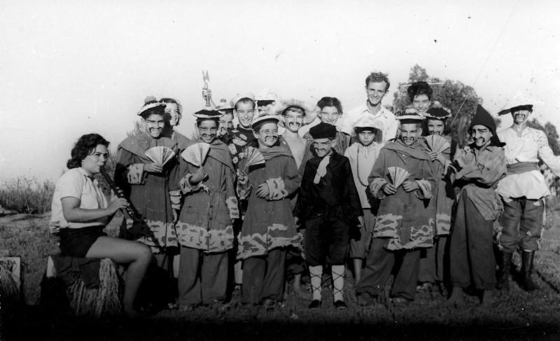 תמונה 12- 259 - קבוצת עופר - הצגת הנסיך הגנוב 1950 - עם בצלאל לב ומיכל זיידנברג בחלילית