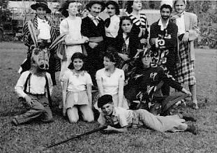 תמונה 14- 258 - קבוצת עופר אחרי הצגה - לאה יגאל עופר נורית גרינבוים לילי יהודית וינקלר-שאר שמות-ב