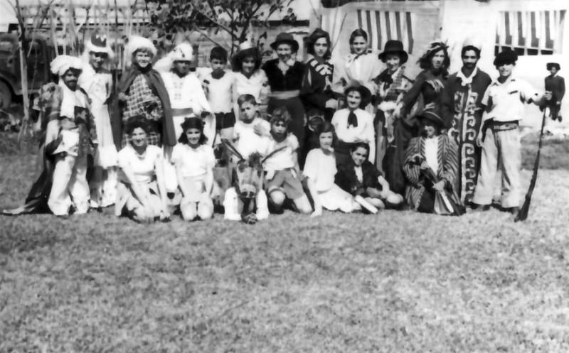 תמונה 19- 254 - קבוצת עופר מחופשים בפורים - ברקע בית אורי בבנייתו - שנות ה-40-50