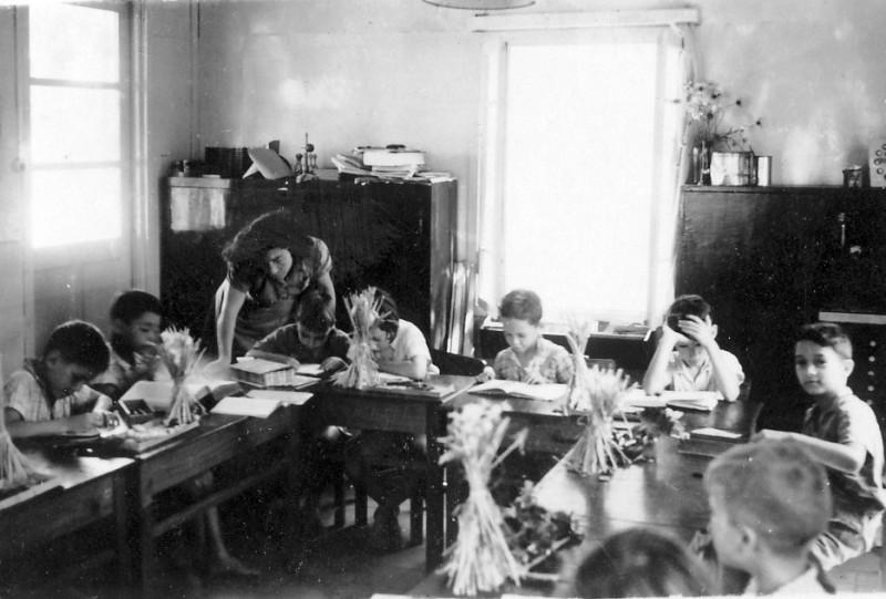 תמונה 3- 237 - קבוצת עופר בכיתה א לומדים נושא הלחם עם צשקה - 1942-3