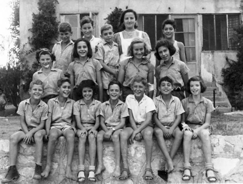 תמונה 9- 225 - קבוצת עופר עם דבורה גולביי מול בית הילדים (הארכיון היום) בחצר הקטנה - שנות ה-40