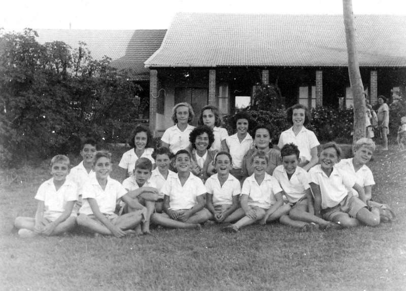 תמונה 8- 225 -קבוצת עופר עם דבורה גולוביי וצשקה על הדשא מאחורי חדר הכל והאקליפטוס הלבן-שנות ה-40