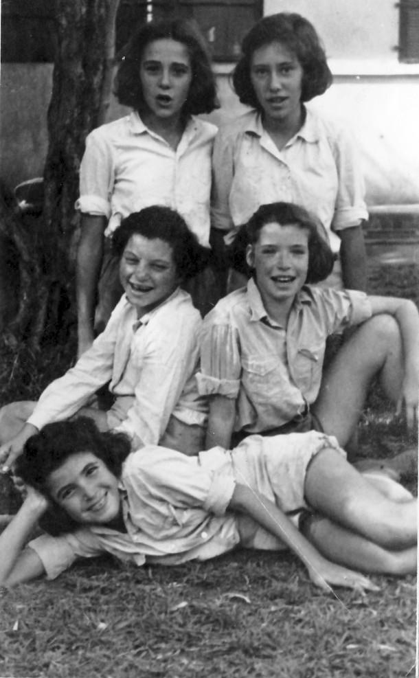 תמונה 6- 225 - בנות עופר שנות ה-40 - תלמה אטינגון-יסעור עדנה ונירה לנדסמן שלומית שקדי-אדוט נורית