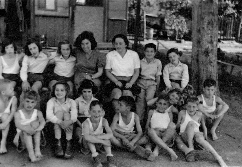 תמונה 5- 225 - קבוצת עופר עם צשקה ודבורה גולוביי ליד כיתת הצריף בחצר הקטנה שנות ה-40 - שמות בגב ה