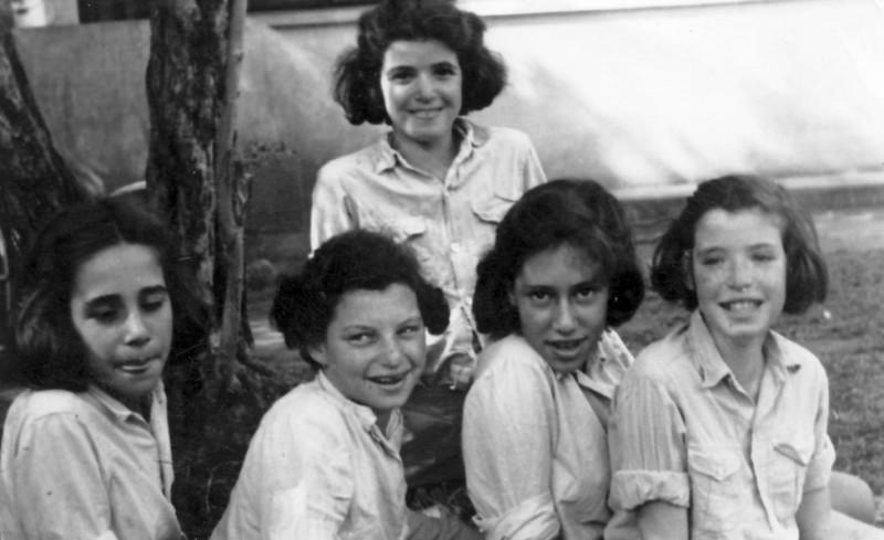 תמונה 3- 225 - בנות עופר שנות ה-40 - תלמה אטינגון-יסעור עדנה ונירה לנדסמן שלומית שקדי-אדוט נורית