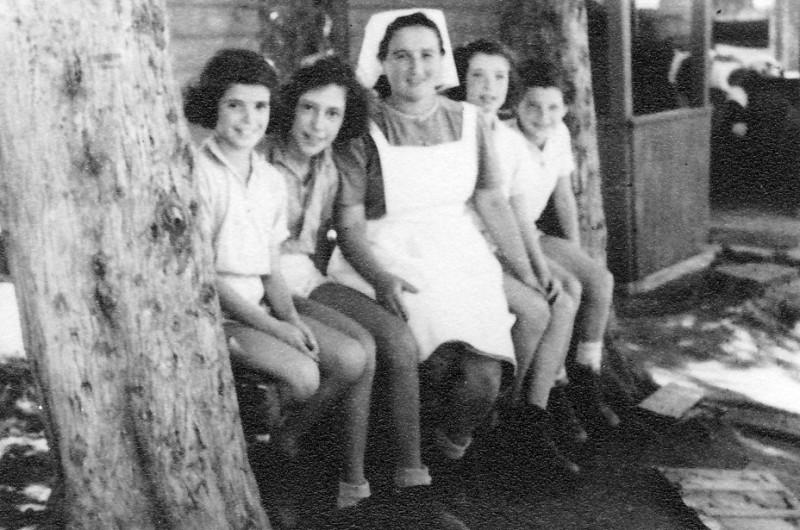 תמונה 2- 225 - עם דבורה גולוביי ליד כיתת הצריף בחצר הקטנה - שנות ה-40 - שמות בסיכום
