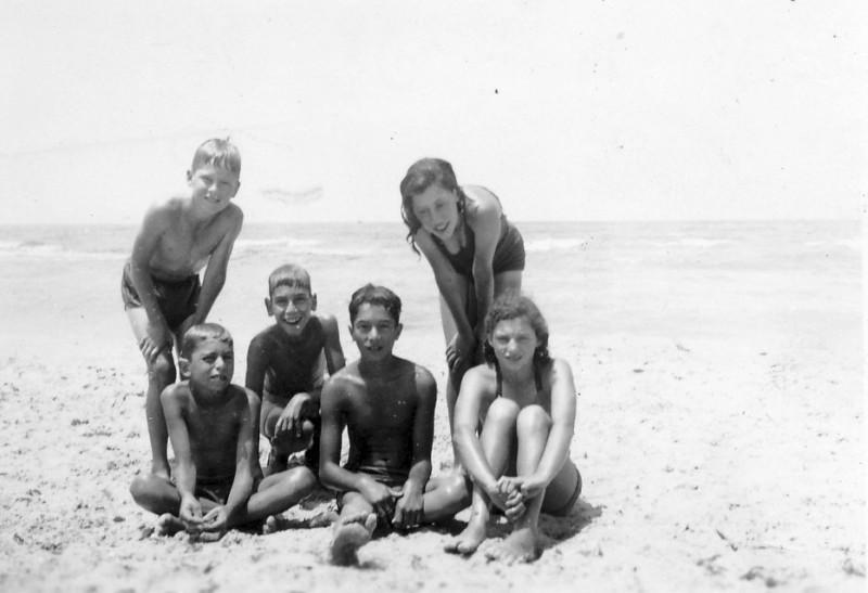 תמונה 16- 225 - ילדי עופר בים - שנות ה-40 - גידי סיון אהוד גילאי אמנון בראון יגאל עופר תלמה אטינג