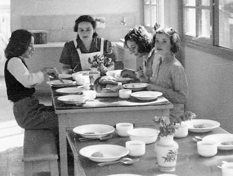 תמונה 15- 225 ארוחת צהריים בבית הקומותיים עם דבורה גולביי - נורית גרינבוים עדנה לנדסמן תלמה אטינג