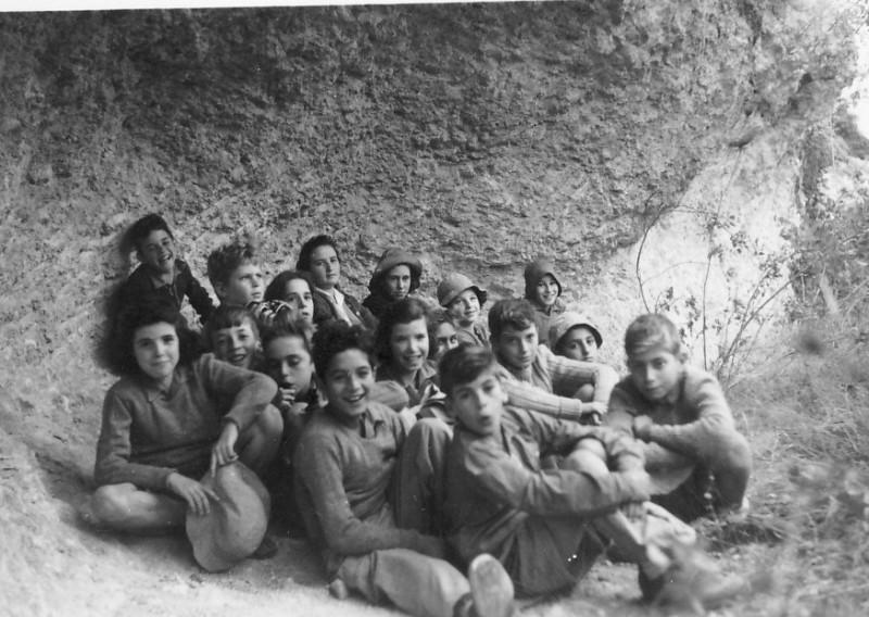 תמונה 14- 225 - קבוצת עופר בטיול במערות הכרמל עם דבורה גולביי - שנות ה-40-50