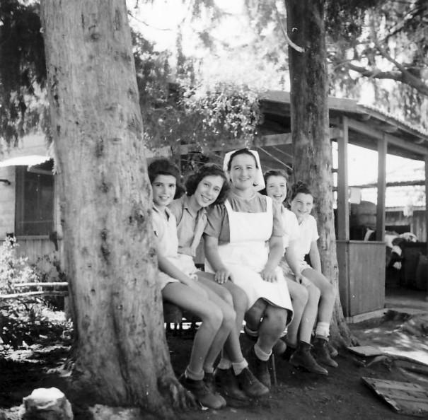 תמונה 13- 225 - עם דבורה גולוביי - נירה ועדנה לנדסמן תלמה אטינגון-יסעור שלומית שקדי-אדוט - שנות ה