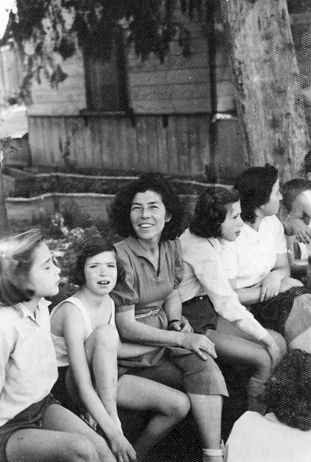תמונה 11- 225 - עם דבורה גולוביי וצשקה ליד כיתת הצריף בחצר הקטנה - נורית גרינבוים עדנה לנדסמן ותל