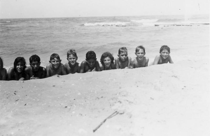 תמונה 10- 225 - קבוצת עופר בים שנות ה-40 - קובי ברנוביץ חזקי רימון גידי סיון  שלומית אדוט-שמות ב