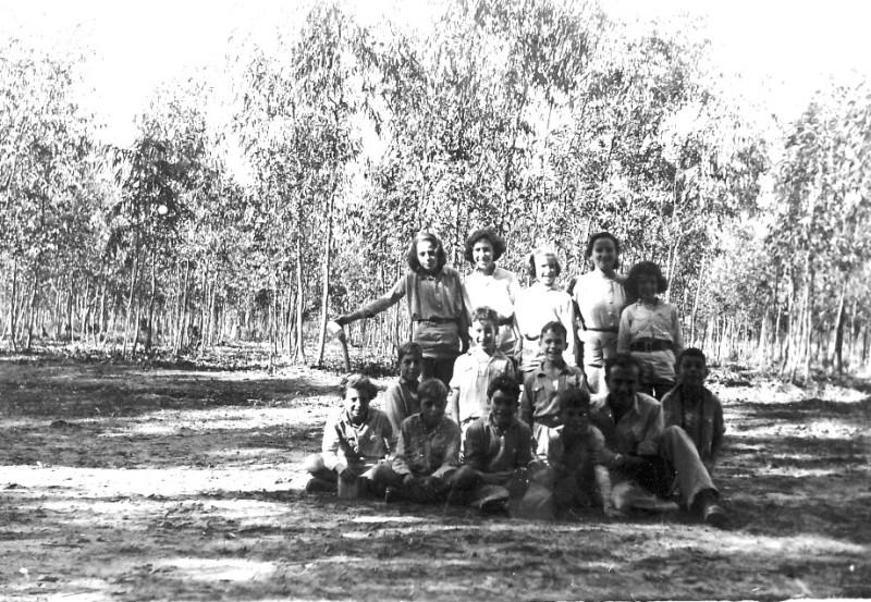 תמונה 1- 225 - בצלאל לב ודבורה גולביי עם קבוצת עופר בטיול בחורשות - שנות ה-40