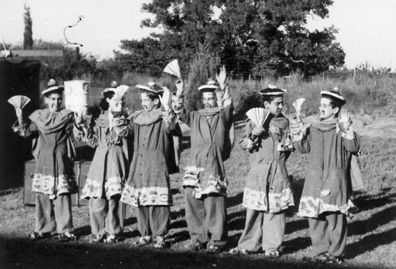 תמונה 9- 223 - הצגת הנסיך הגנוב קבוצת עופר 1950 - יועצי המלך - אמנון בראון גיורא אילני  דולי אלונ