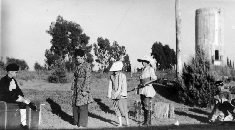 תמונה 8- 223 - הצגת הנסיך הגנוב קבוצת עופר 1950 - חזקי רימון תלמה אטינגון גידי יוספזון-סיון עמירם