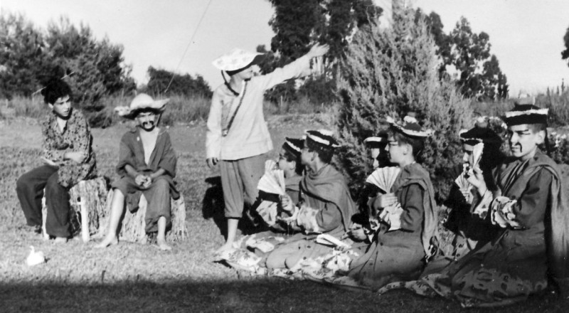 תמונה 6- 223 - הצגת הנסיך הגנוב קבוצת עופר 1950 - תלמה האם אהוד האב גידי הבן ויועצי המלך