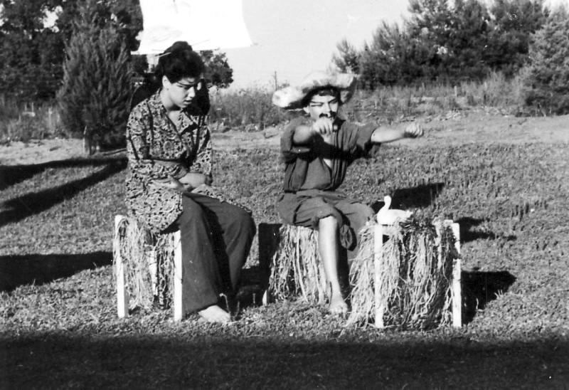 תמונה 5- 223 - הצגת הנסיך הגנוב קבוצת עופר 1950 - תלמה האם ואהוד האב מפליגים בסירה
