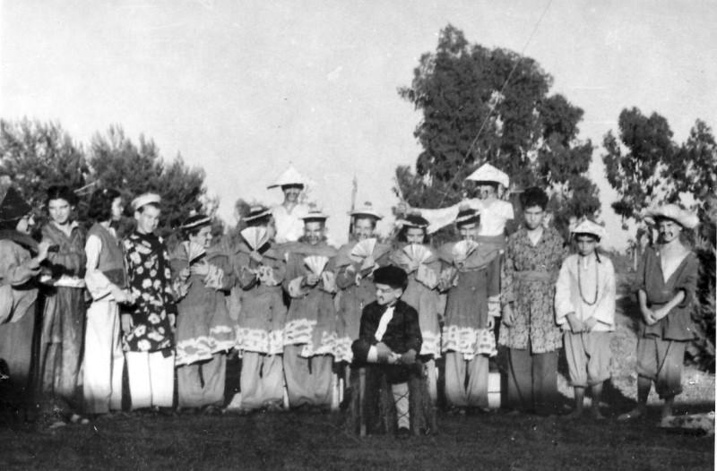 תמונה 2- 223 - הצגת הנסיך הגנוב קבוצת עופר 1950 - מתי כהן שלומית שקדי עדנה לנדסמן חגי ברונשטיין ו