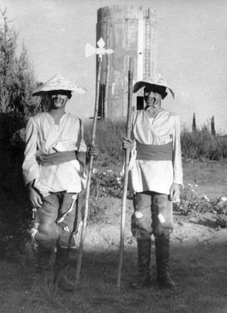 תמונה 14- 223 - הצגת הנסיך הגנוב קבוצת עופר 1950 - יגאל עופר ועמירם