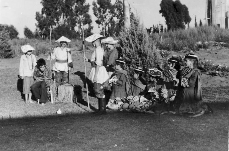 תמונה 10- 223 - הצגת הנסיך הגנוב קבוצת עופר 1950 - גידי סיון תלמה