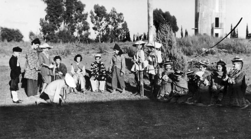 תמונה 1- 223 - הצגת הנסיך הגנוב קבוצת עופר 1950 - ההוצאה להורג של הנסיך (גידי סיון) על ידי התלין
