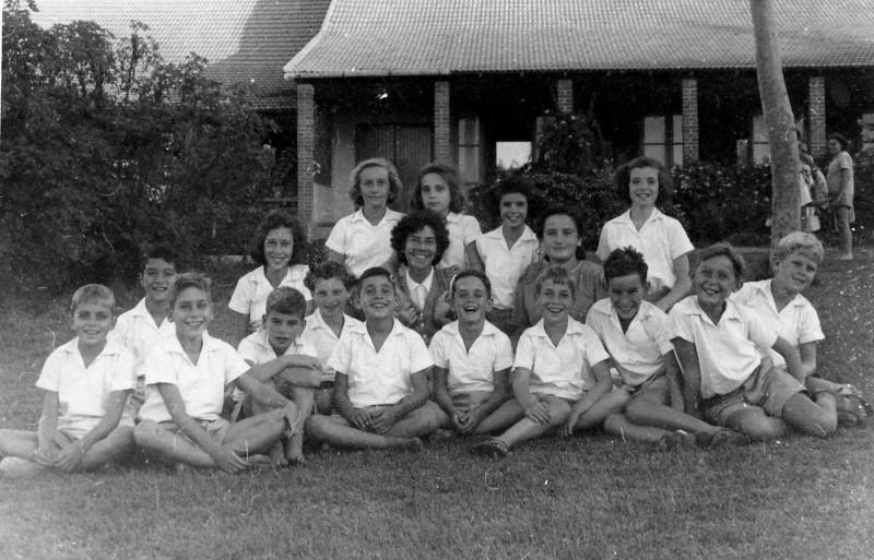 תמונה 17- 219 - קבוצת עופר עם צשקה ודבורה גולוביי על הדשא הצפוני של חדר האוכל - שנות ה-40